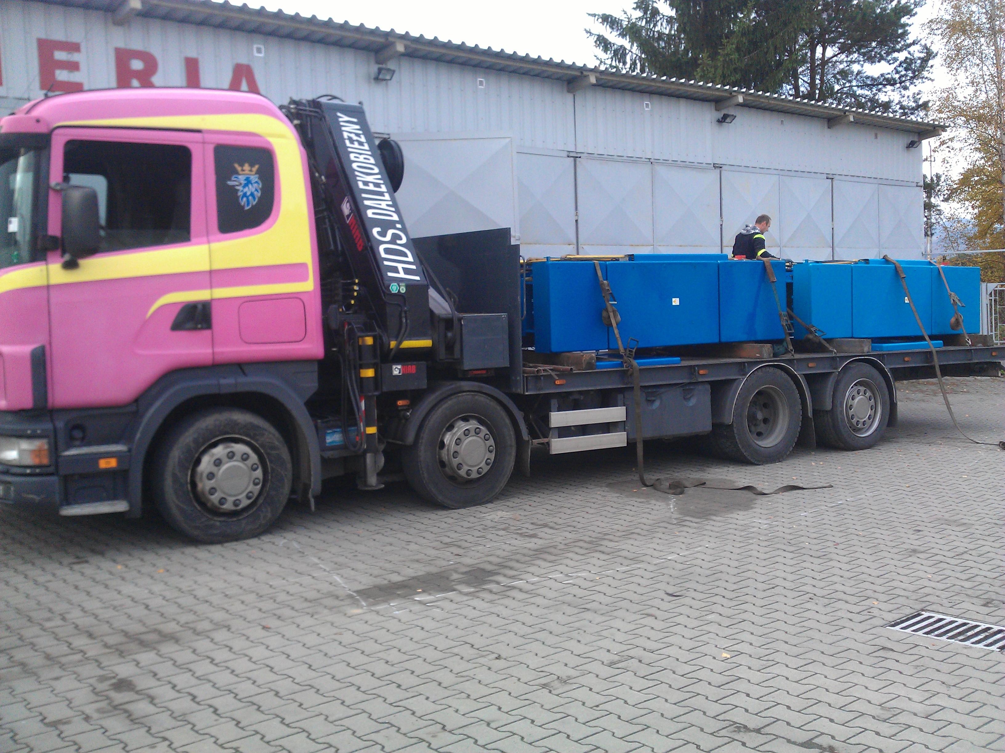 Prasy hydrauliczne PHM 160 transportowane na leżąco.